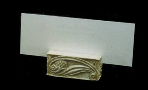 Sotto bicchiere. Scultura a tutto tondo realizzata in gesso e polvere di marmo, patinato 4 cm x 2 cm x 1.5 cm. Committente privato