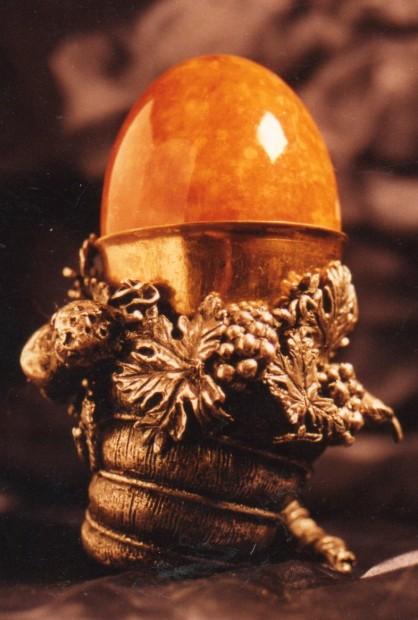 Porta uovo. Scultura modellata a tutto tondo in cera e realizzata in argento e bronzo 7 cm x 6 cm. Committente privato, 1998