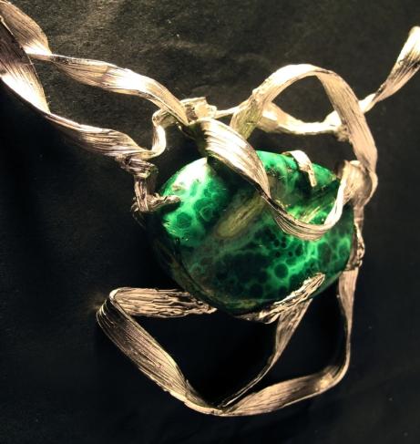 Particolare di collana in argento con malachite. Committente privato, 2009