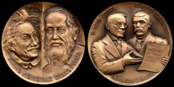 Recto/verso di medaglia in bronzo coniato, realizzata per l'anno mondiale della fisica. Committente: Università degli Studi di Padova, 2005