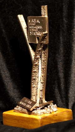 """Primo premio per il festival di cortometraggi """"memoria corta"""". Scultura modellata in cera e realizzata in bronzo patinato, con base di legno, cm. 20 x 8 x 8,5. Committente: Comune di Roma, Assessorato alla Cultura, 2013"""